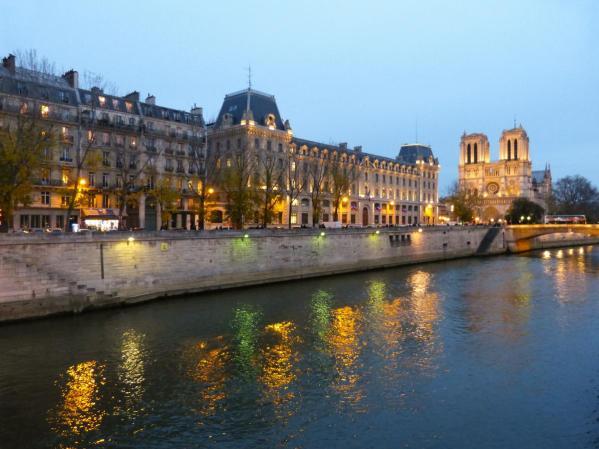 Abenddämmerung an der Île-de-la-Cité mit Notre Dame de Paris