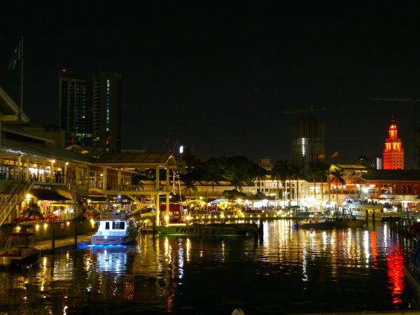 beleuchteter Hafen am Bayside Market-1200x900