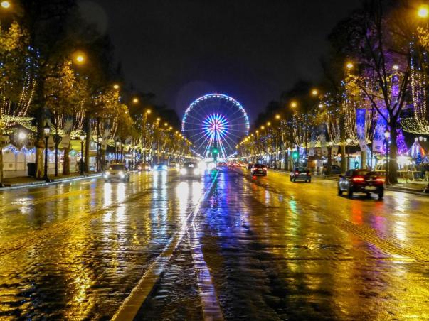 Champs Élysées bei Nacht mit Blick zum Place de la Concorde in Paris