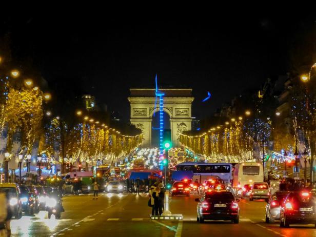 Champs Elysee bei Nacht mit Blick zum Triumphbogen in Paris
