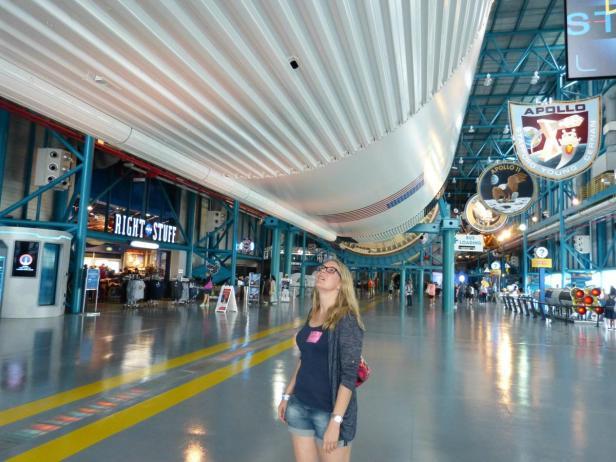 Unglaublich! Die riesige Saturn V Rakete der Apollo Missionen im Kennedy Space Center, Cape Canaveral
