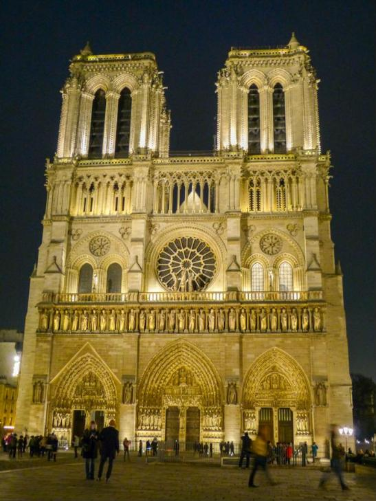 Notre Dame de Paris bei Nacht in Paris