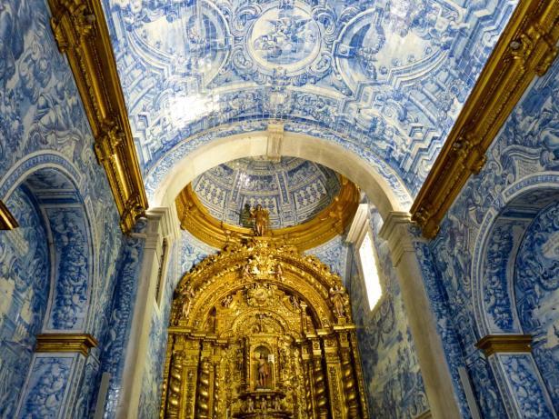 Kircheninnenraum voller Azulejos-1200x900