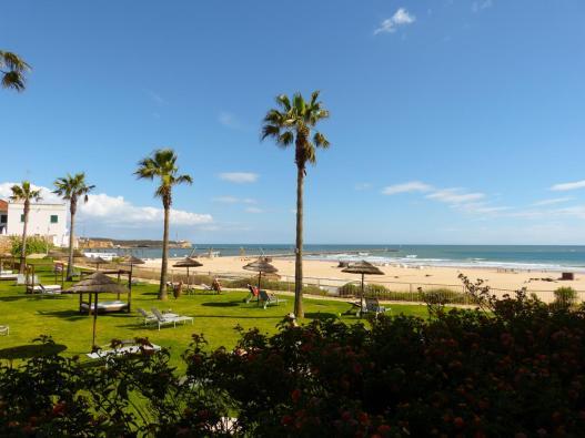 Terrassenausblick auf Garten, Strand und Meer-1200x900