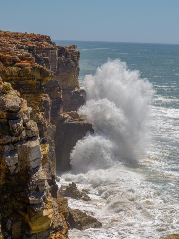 Wellen vor den Klippen der Algarve-900x1200