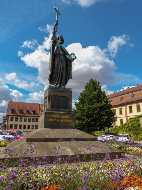 Bonifatius Denkmal-900x1200