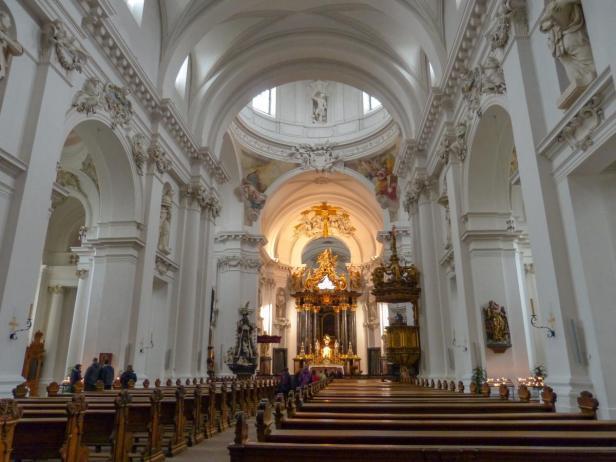 Im Kircheninnenraum des Doms-1200x900